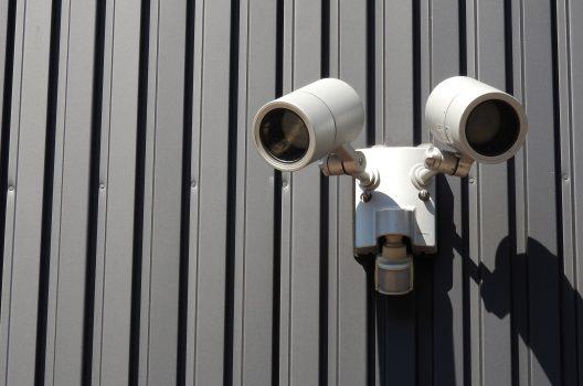 センサーライトと防犯カメラで不審者撃退!防犯効果を更に高めよう